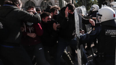 Επίθεση των ΜΑΤ σε φοιτητές στην πλατεία Κοραή