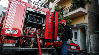 Πυρκαγιά - Πειραιάς - Πυροσβέστες επιχειρούν σε φωτιά σε διαμέρισμα στην οδό Θήρας στα Καμίνια - Εντοπίστηκε νεκρή