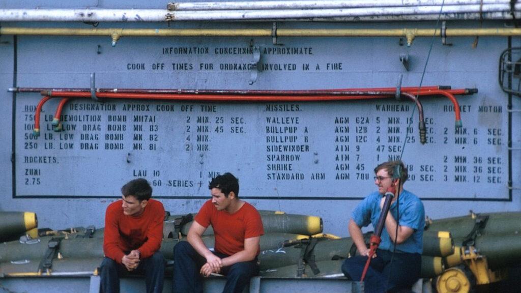 Ναύτες αεροπορίας (airmen - seamen) κατά τη διάρκεια διαλείμματος στο κατάστρωμα του αεροπλανοφόρου USS COSTELATION - 1972 - Στον μπουλμέ αναγράφονται οι βόμβες και οι πύραυλοι που φορτώνονταν στα αεροπλάνα για να τις ρίξουν μετά στο Βιετνάμ