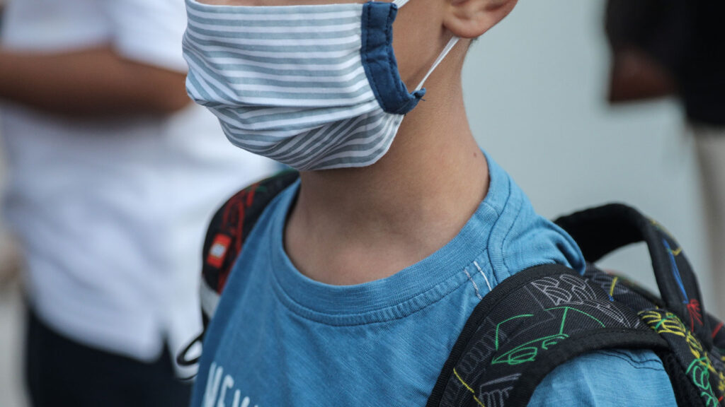 Μαθητής Δημοτικού Σχολείου με μάσκα - 2020