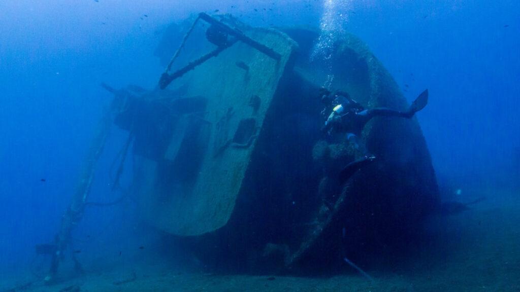 Το ΒΕΡΑ, το οποίο βυθίστηκε το 1999, είναι το γειτονικό ναυάγιο σε απόσταση περίπου 20 μέτρων (φωτογραφία: αρχείο Κωνσταντίνου Μενεμένογλου)