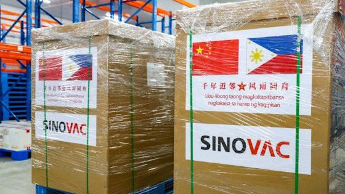 Πρώτες δόσεις του κινέζικου εμβολίου έφτασαν στις Φιλιππίνες