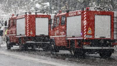 """Χιονόπτωση - Οι Πυροσβέστες στην πρώτη γραμμή της παροχής βοήθειας στην κακοκαιρία """"Μήδεια"""" 16/2/2021"""