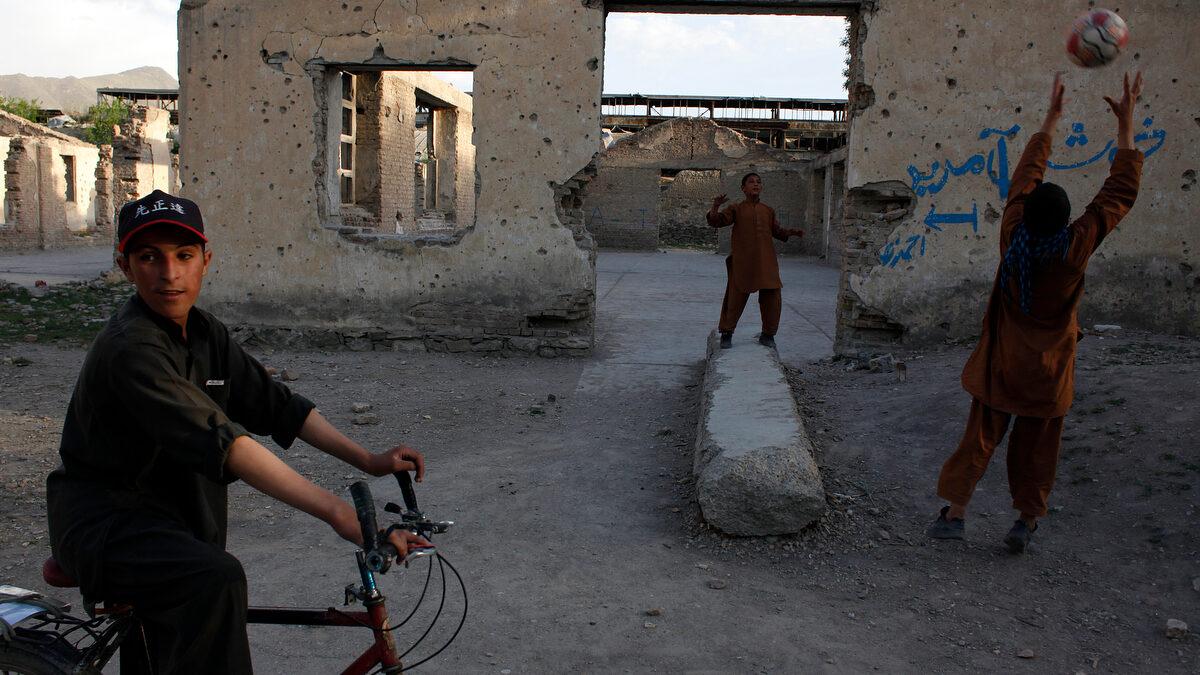 Παιδιά στο Αφγανιστάν παίζουν μπάλα στα επήρεια βομβαρδισμένου εργοστασίου στη Καμπούλ