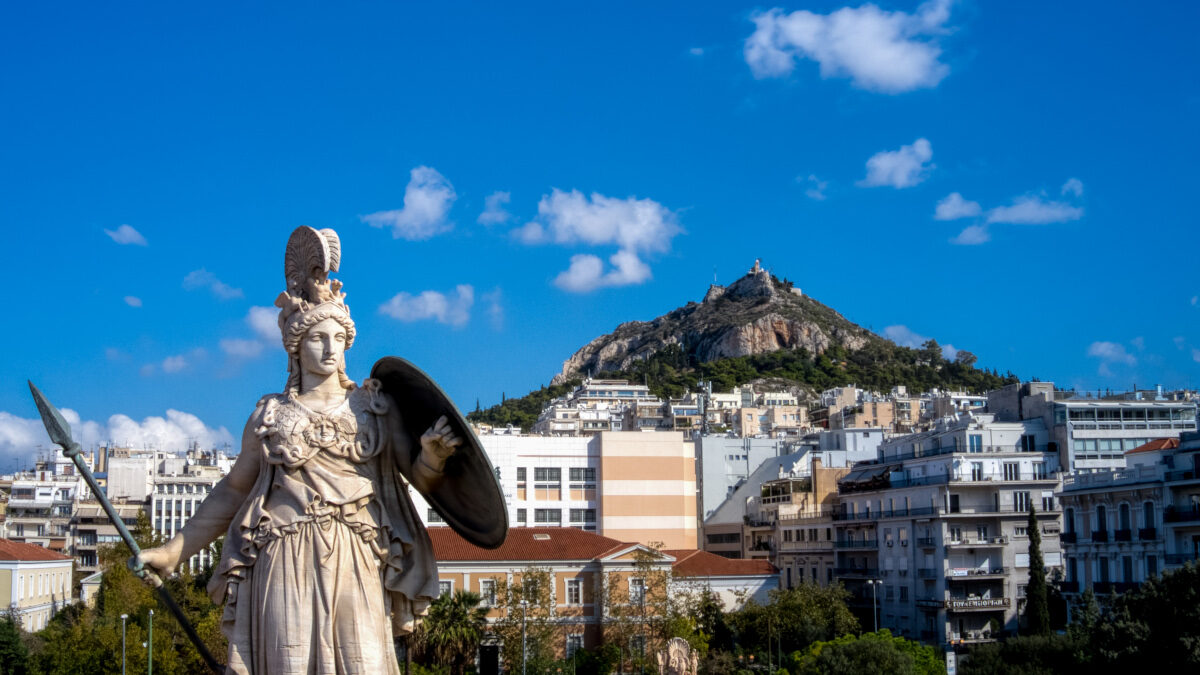 Λιακάδα στην Αθήνα - Άγαλμα Αθηνάς στα Προπύλαια Πανεπιστημίου με την Νομική και το Λυκαβηττό στο βάθος