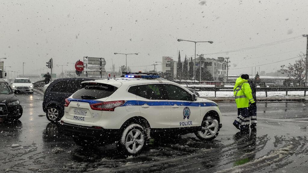 Χιόνια στη Λεωφόρο Κηφισίας - Αστυνομικοί ενημερώνουν τους οδηγούς - 15-2-2021