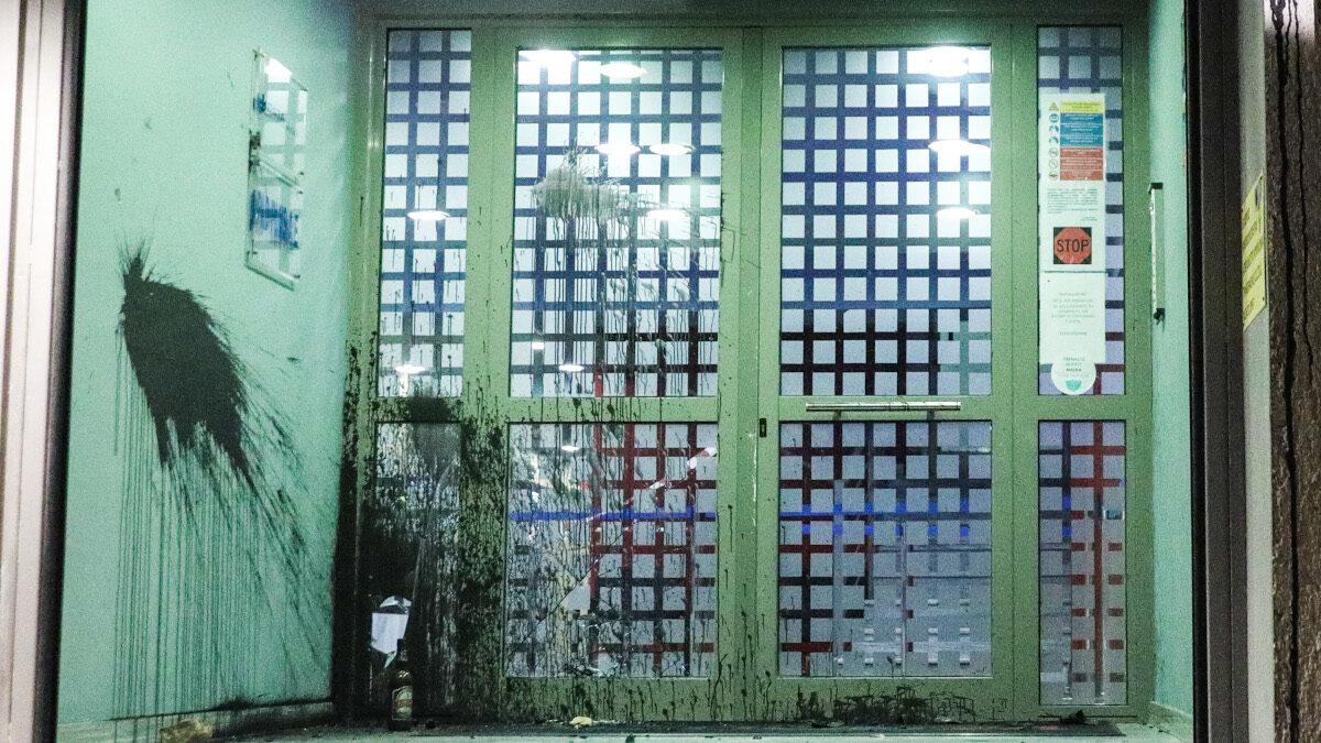 Επίθεση στα γραφεία του τηλεοπτικού σταθμού Action 24 το βράδυ της Δευτέρας 22 Φεβρουαρίου 2021. Οι άγνωστοι πέταξαν μπογιές και πέτρες. 22/2/2021