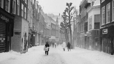 Η πόλη Χάρλεμ (Haarlem) της Ολλάνδίας με χιονισμένους δρόμους