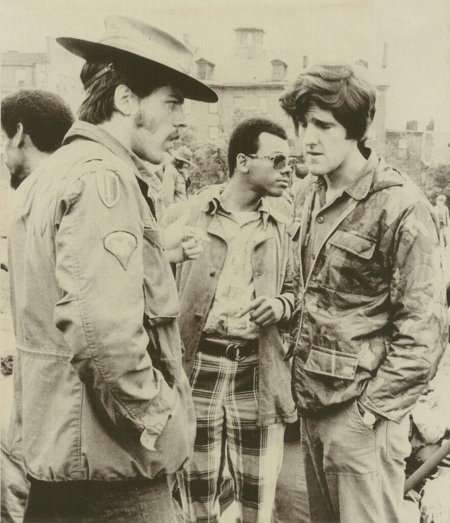 Ο Τζόν Κέρρυ το 1971, παρασημοφορημένος βετεράνος του πολέμου του Βιετνάμ σε διαδήλωση εναντίων του ιμπεριαλιστικού πολέμου