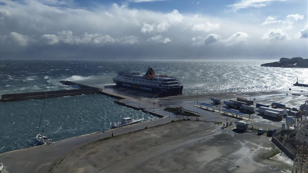 Θυελλώδεις άνεμοι στο λιμάνι της Ραφήνας