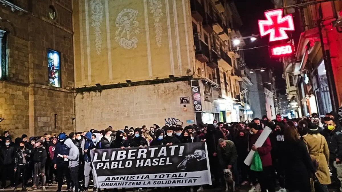 Διαδήλωση σε πόλη της Ισπανίας για τη σύλληψη του Πάμπλο Χασέλ καλλιτέχνη της ραπ σε εφαρμογή του «Τρομονόμου» που ψηφίζουν οι χώρες μέλη της Ευρωπαϊκής Ένωσης για να λογοκρίνουν και την τέχνη