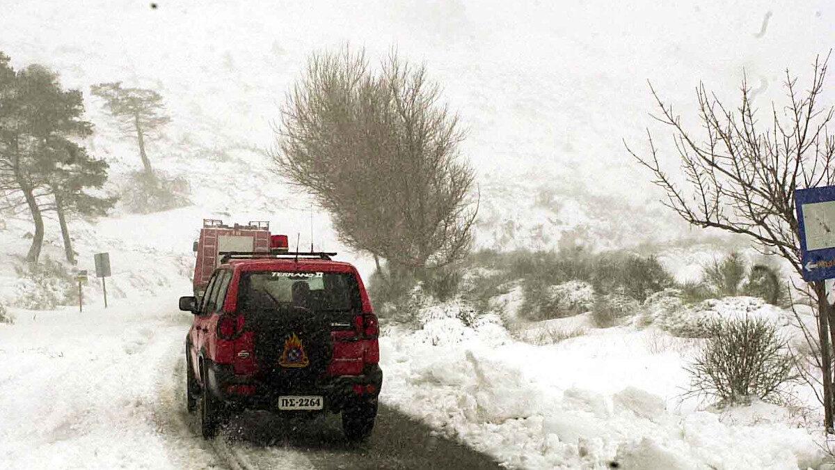 Πυροσβεστικά οχήματα σε αποκλεισμένες περιοχές από τη χιονόπτωση