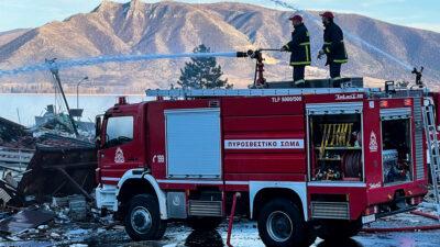 Πυροσβέστες και οχήματα της Πυροσβεστικής Υπηρεσίας Καστοριάς σε επιχείρηση κατάσβεσης / Φλεβάρης 2021