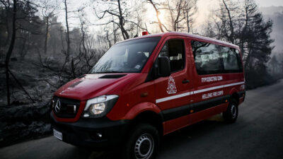 Όχημα μεταφοράς προσωπικού της Πυροσβεστικής Υπηρεσίας σε καμένο δάσος