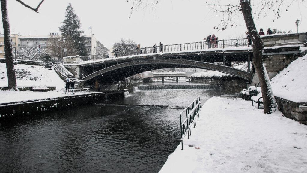 Χιόνια στην πόλη των Τρικάλων - 15-2-2021