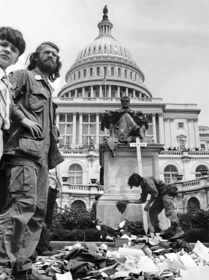 Στις 23 Απρίλη του 1971 σε διαδήλωση εναντίων του πολέμου του Βιετνάμ 800 βετεράνοι στρατιώτες πετάνε τα μετάλλια ανδρείας στα σκαλιά του Καπιτωλίου