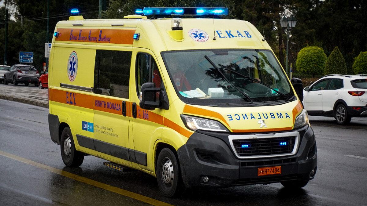 Ασθενοφόρο του ΕΚΑΒ στην Αθήνα (Εθνικό Κέντρο Άμεσης Βοήθειας)