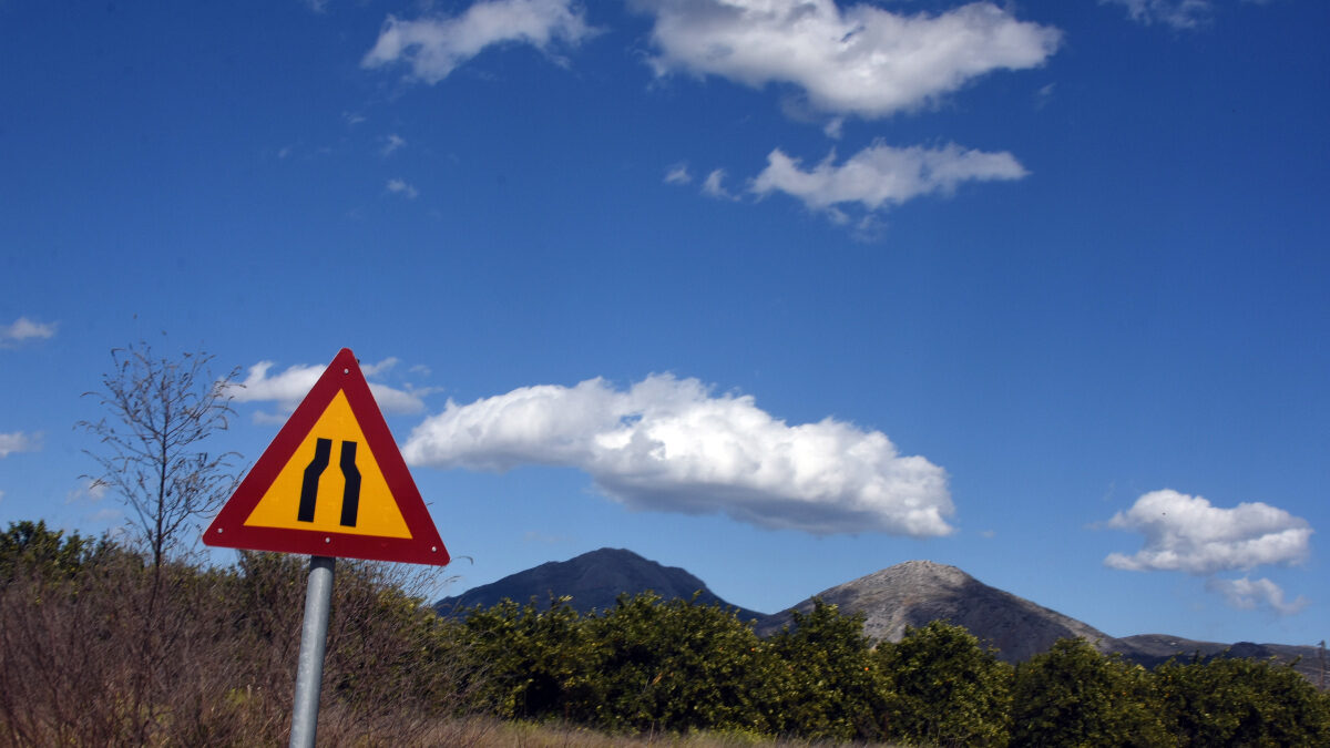 Σύννεφα - ύπαιθρος - ταμπέλα - στενωπός