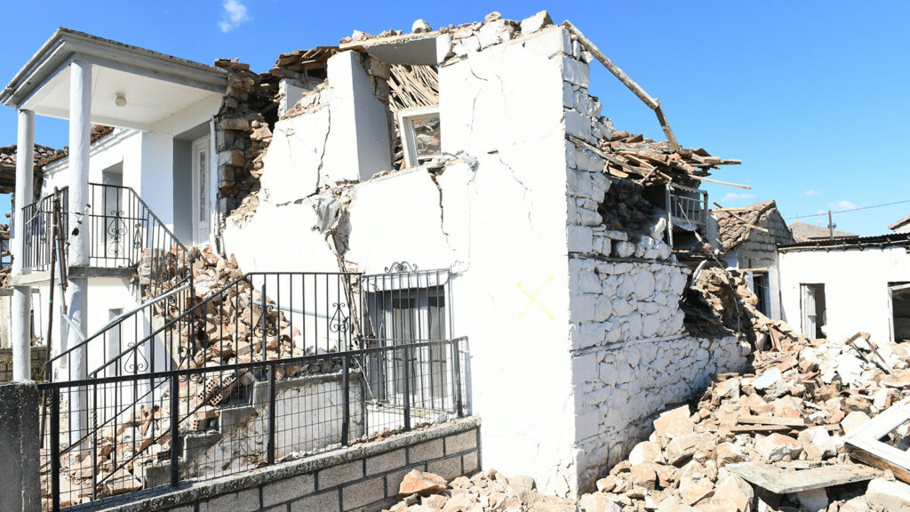 Μεσοχώρι Λάρισας γκρεμισμένο σπίτι από τον σεισμό στις 3/3/2021
