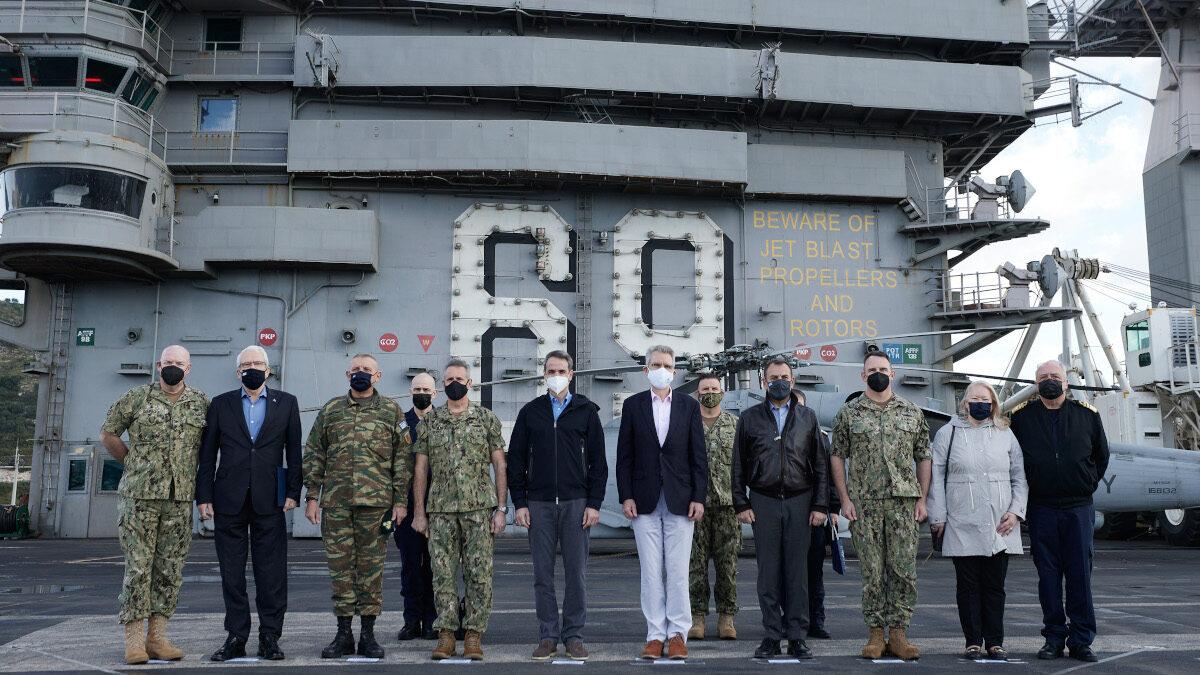 """Ο Κ. Μητσοτάκης μαζί με τον Αμερικανό Πρέσβη στο κατάστρωμα του αεροπλανοφόρου """"Αϊζενχάουερ"""""""
