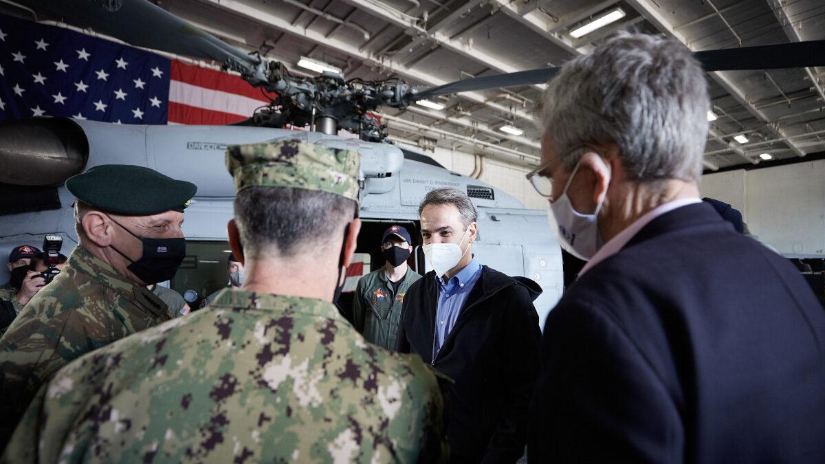 """Ο Κ. Μητσοτάκης μαζί με τον Αμερικανό Πρέσβη στο αεροπλανοφόρο """"Αϊζενχάουερ"""