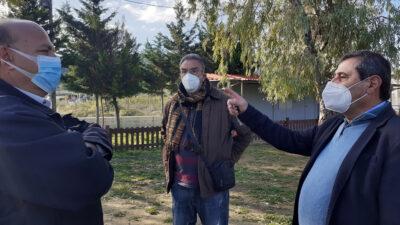 Ο δήμαρχος Πάτρας, Κ. Πελετίδης στο χώρο που πρόκειται να ανεγερθεί νέο σχολικό κτήριο στα Καμίνια