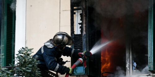 Πυροσβέστης - Πυρκαγιά σε κτήριο στην οδό Κτενά στο κέντρο της Αθήνας, Παρασκευή 12 Μαρτίου 2021.