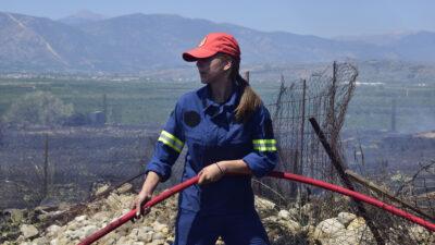 Πυροσβέστρια σε κατάσβεση πυρκαγιάς