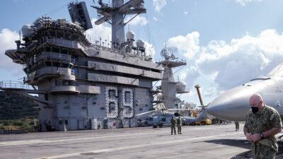 """Ο Πλοίαρχος του Αμερικανικού αεροπλανοφόρου """"USS Dwight D. Eisenhower"""""""