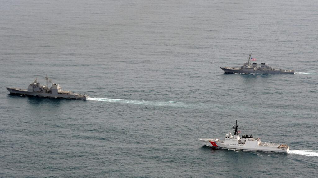 Σχηματισμός πλοίων του Πολεμικού Ναυτικού των ΗΠΑ και της Ακτοφυλακής στον Κόλπο της Αλάσκα το 2011