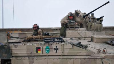 """Νατοϊκές Δυνάμεις κατοχής στο Αφγανιστάν - Δύο Γερμανοί """"Τανκιστές"""" αναμένουν το κομβόι τους για περιπολία στην Καντούζ του Αφγανιστάν"""