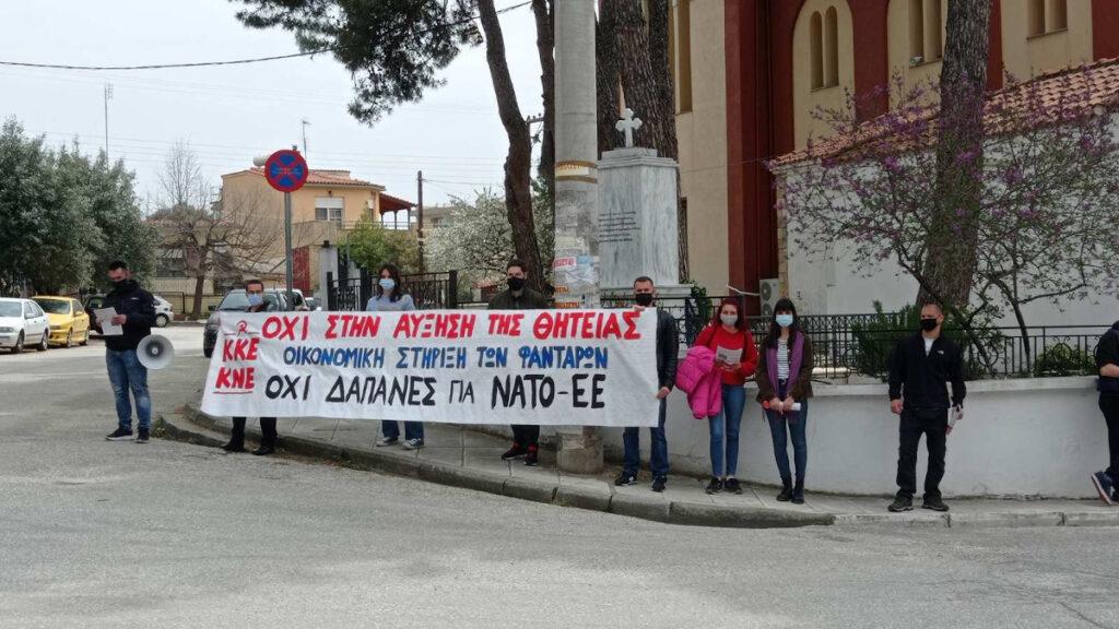 Παρέμβαση μελών του ΚΚΕ και της ΚΝΕ έξω από τα στρατόπεδα Ηλιόπουλου και Παράσχου