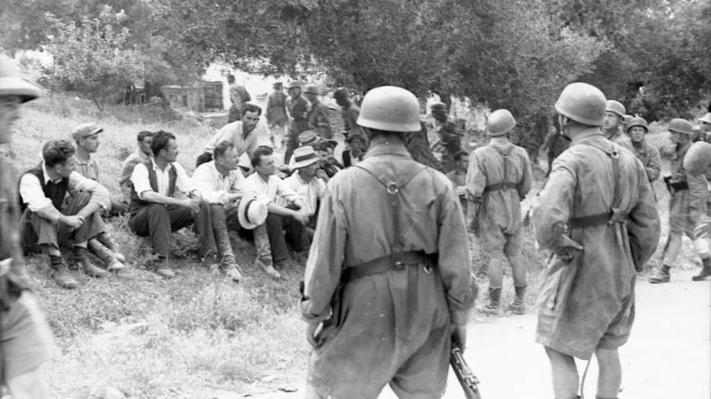 Κρήτη, Κοντομαρί - λίγο πριν την εκτέλεση των ανδρών του χωριού από τους Γερμανούς αλεξιπτωτιστές