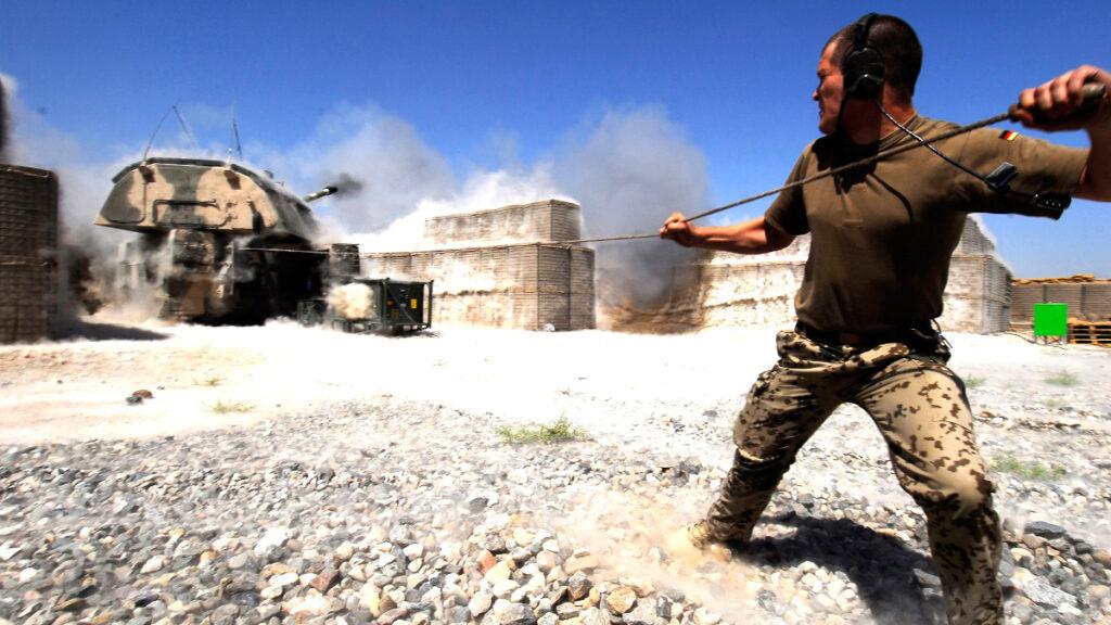 Νατοϊκές Δυνάμεις κατοχής στο Αφγανιστάν - Βολές γερμανικού πυροβολικού στην περιοχή του Καντούζ στο Βόρειο Αφγανιστάν - 2010