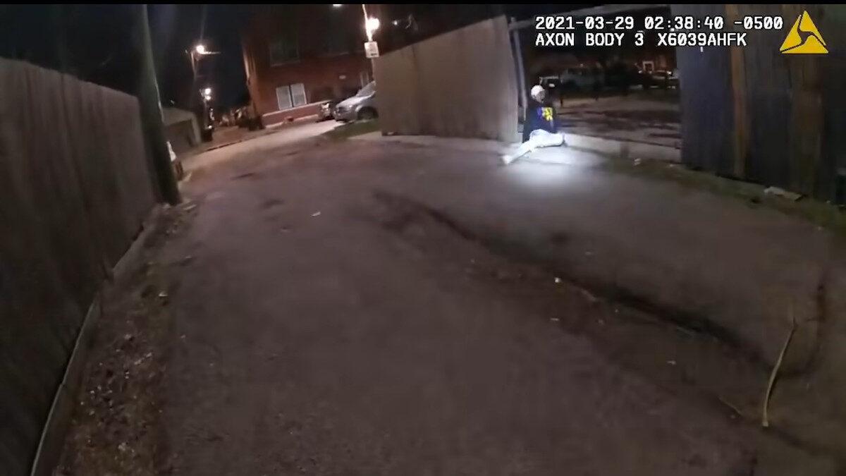 Καταστολή - ΗΠΑ - Στιγμιότυπο από Βίντεο: Αστυνομικός του Σικάγο πυροβολεί ένα άοπλο παιδί 13 ετών, τον Άνταμ Τολέντο - 29/3/2021