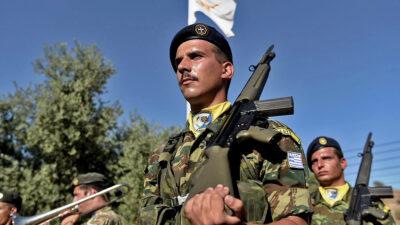 Στρατιώτες της Ελληνικής Δύναμης Κύπρου (ΕΛΔΥΚ) κατά διάρκεια επίσκεψης του Υπουργού Άμυνας - Νοέμβρη 2020