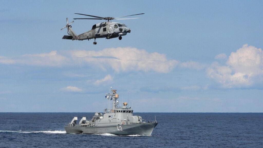 Το ελικόπτερο της Φρεγάτας Σαλαμίς (F455) σε συνεκπαίδευση με πυραυλάκατο του Τυνισιακού Ναυτικού στην Κεντρική Μεσόγειο (Allied Maritime Command - Operation Sea Guardian)