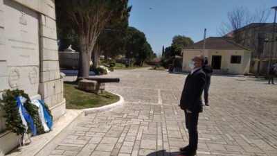 Ο Βουλευτής του ΚΚΕ Νίκος Παπαναστάσης καταθέτει Στεφάνι στον Κήπο των Ηρώων