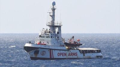"""Πλοίο ναυαγοσωστικό της ΜΚΟ """"Open Arms"""" που επιχειρεί στην Κεντρική Μεσόγειο για τη διάσωση μεταναστών και και προσφύγων"""
