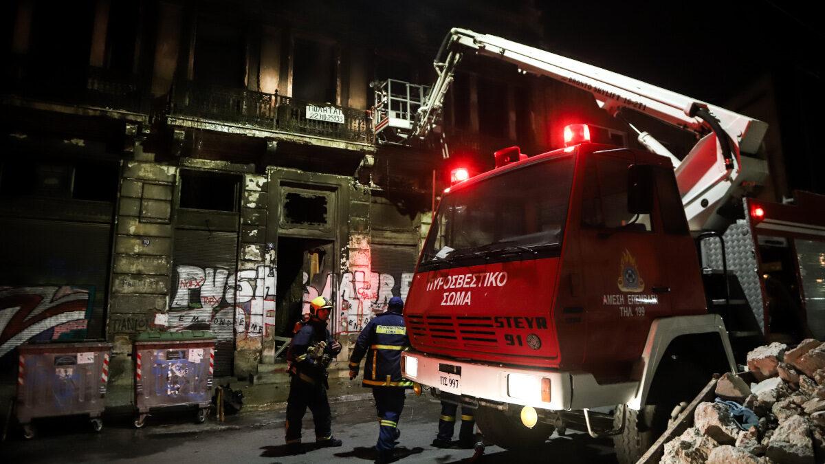 Πυροσβεστικό Σώμα - Πυρκαγιά σε εγκαταλελειμμένο κτίριο στην πλατεία Καραϊσκάκη - Αθήνα, Απρίλιος 2021