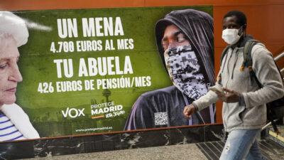 Αφίσα του ακροδεξιού κόμματος Vox: «Ενας ΜΕΝΑ (ασυνόδευτος ξένος ανήλικος), 4.700 ευρώ τον μήνα, η γιαγιά σου, 426 ευρώ σύνταξη τον μήνα
