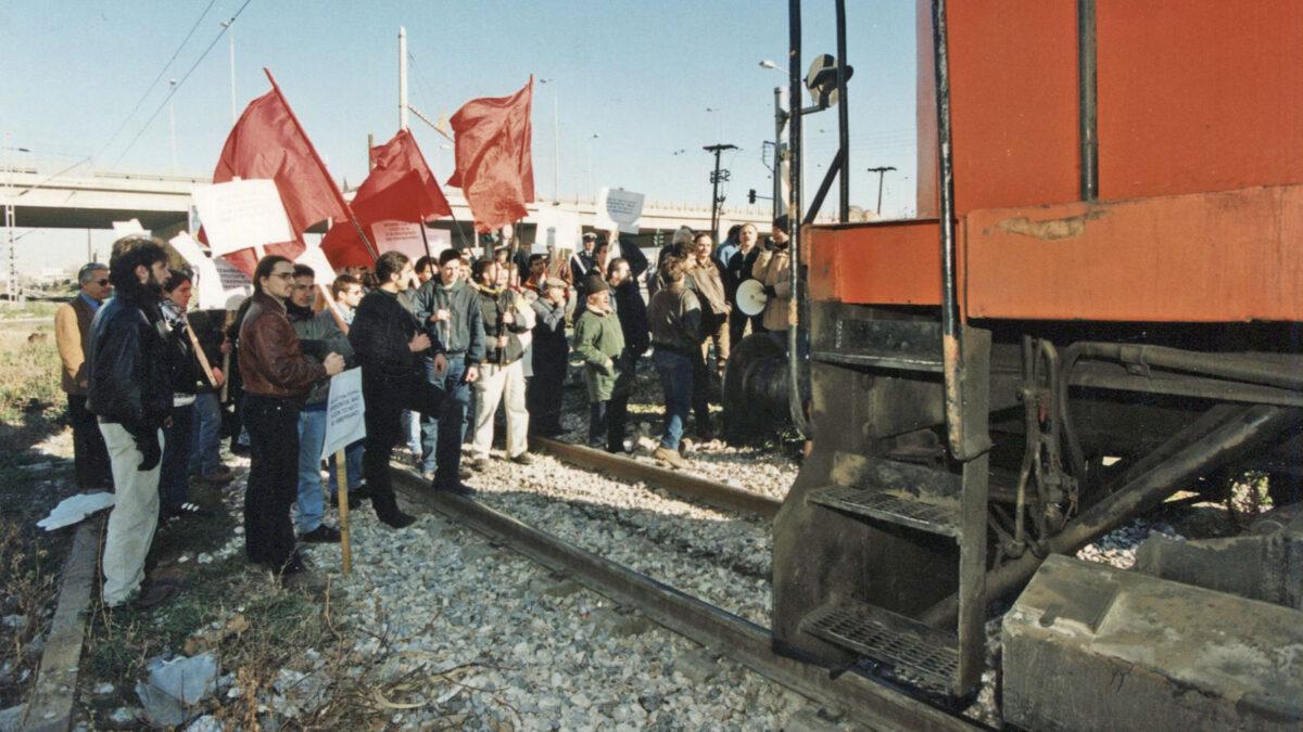 Μπλόκο του λαού σε τρένο έξω από τη Θεσσαλονίκη που μεταφέρει στρατεύματα του ΝΑΤΟ στο Κοσσυφοπέδιο, Γιουγκοσλαβία 1999