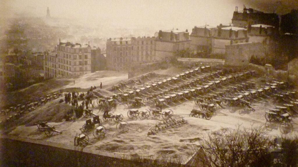 Τα κανόνια του Στρατού συγκεντρωμένα στο λόφο της Μονμάρτρης, στο Παρίσι, υπό τον έλεγχο των Κομμουνάρων - 1871