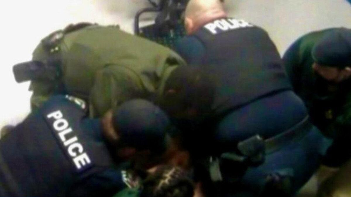 Στιγμιότυπο από τη στιγμή που αστυνομικοί κρατούσαν στο έδαφος τον William Jennette