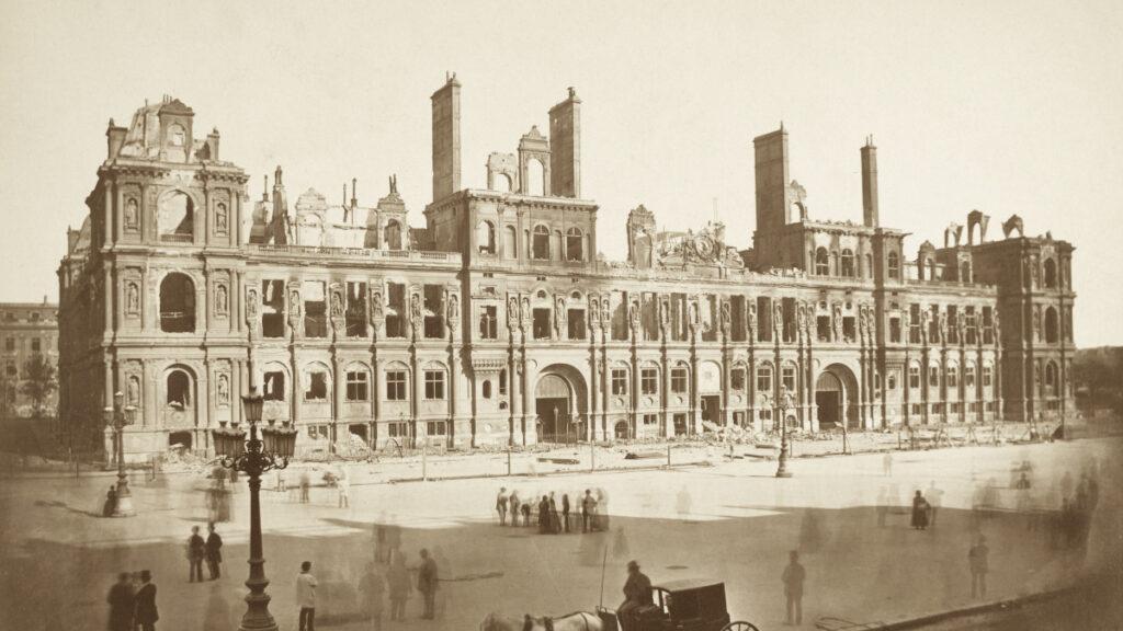 Το Δημαρχείο του Παρισιού (Hotel de Ville), έδρα της Κομμούνας του Παρισιού μετά τον βομβαρδισμό του από τα στρατεύματα των «Βερσαλλιών» / Μάης 1871
