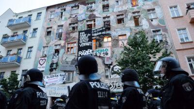 Γερμανία: Βερολινέζοι υπερασπίζονται τα σπίτια τους από τις εξώσεις - Οι ειδικές δυνάμεις της αστυνομίας εισβάλουν στη γειτονιά τους