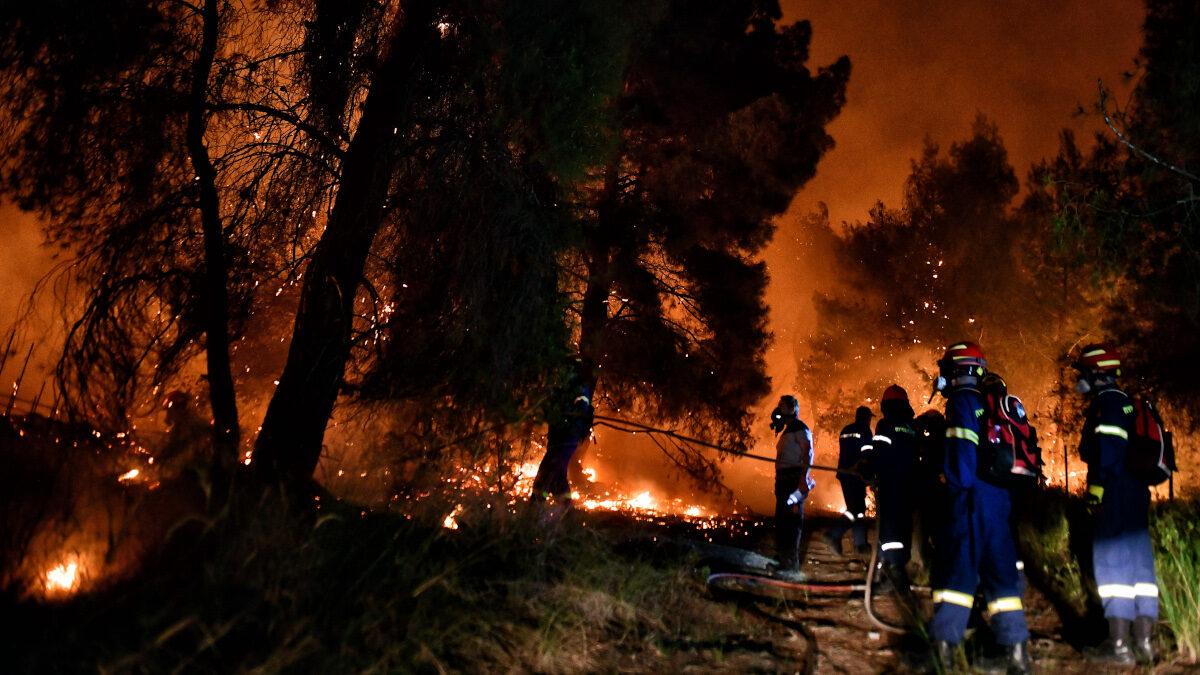 Πυροσβέστες επιχειρούν για την κατάσβεση της δασικής πυρκαγιάς στο Σχίνο Κορινθίας
