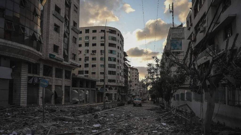 Παλαιστίνη: Ασθενοφόρο σε ισοπεδωμένο, από τις επιθέσεις του Ισραήλ, εμπορικό δρόμο στη Λωρίδα της Γάζας