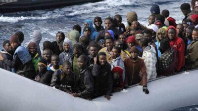 Μετανάστες από χώρες της Βορείου Αφρικής σε βάρκα στα ιταλικά ύδατα