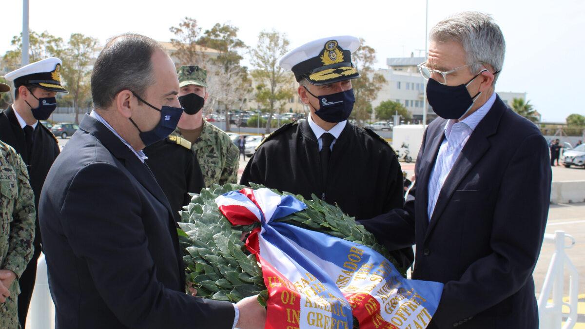 Τζ. Πάιατ, Πρέσβης των ΗΠΑ στην Αθήνα και ο Γ. Πλακιωτάκης, Υπουργός Ναυτιλίας της ΝΔ στην τελετή υποδοχής της Ακτοφυλακής των ΗΠΑ στον Πειραιά